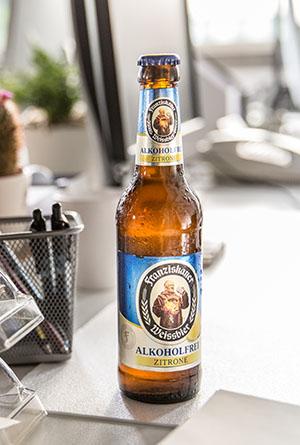 Abbildung von Franziskaner Alkoholfrei Blutorange Flasche und Glas